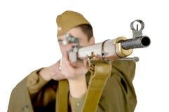 有他的步枪的苏联狙击手 免版税库存照片