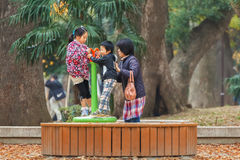 有他们的母亲的幼儿在上野公园 图库摄影