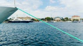 有绳索的游艇被栓对码头 免版税库存照片