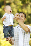 有他的父亲的小男孩自然的 库存图片