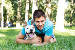 有他的狗的年轻人 免版税图库摄影