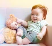 有他的玩具熊的愉快的男婴 免版税库存图片