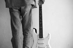 有他的电吉他的男孩 今晚准备好展示St 图库摄影
