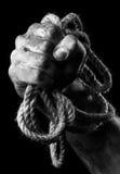 有绳索的男性手 构想侵略 免版税库存照片