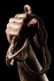 有绳索的男性手 构想侵略 免版税库存图片