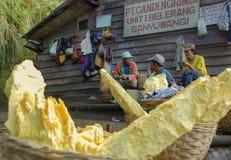 有他们的硫磺篮子的工作者在Kawah伊真火山里面 库存照片