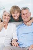 有他的祖父母的孙子 免版税库存图片
