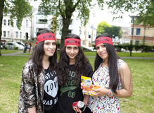 有他们的红色班丹纳花绸的Alawites女孩 免版税库存图片