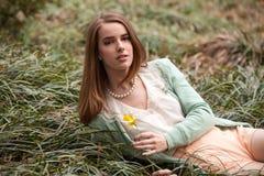 有黄水仙的美丽的妇女 免版税库存照片