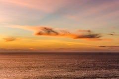有轻的美好的颜色的晚上海 库存图片