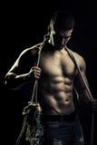 有绳索的肌肉人 免版税库存图片
