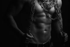 有绳索的肌肉人 免版税图库摄影