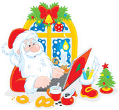 有他的膝上型计算机的圣诞老人 库存图片