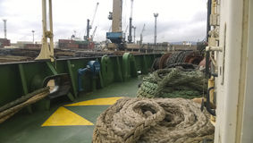 有绳索的船的甲板 停泊绳索 行业端口 免版税库存图片