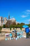 有绘画的街道艺术家与Notre Dame在背景中 库存图片
