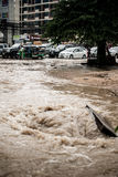 有洪水的路在下雨以后在Sriracha,春武里市,泰国 免版税库存图片