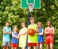 有他的队的男孩后边在篮球比赛期间 库存图片