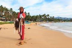 有他的风行的年轻渔夫Nacpan海滩,巴拉望岛 免版税图库摄影