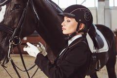 有他的马的妇女骑师 免版税图库摄影