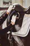 有他的马的妇女骑师 免版税库存图片