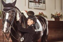有他的马的妇女骑师 图库摄影