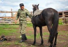 有他的马的游牧人 免版税库存图片