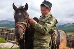 有他的马的游牧人 图库摄影