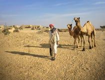 有他的骆驼的人在塔尔沙漠 免版税库存照片