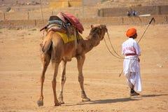 有他的骆驼的在沙漠节日, Jaisalmer,印度马球球员 免版税库存照片