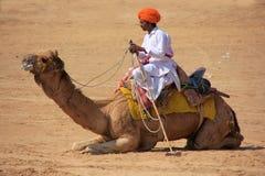 有他的骆驼的在沙漠节日, Jaisalmer,印度马球球员 库存图片