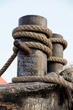 有绳索的,在一艘商业船的绳索导缆孔在口岸 免版税库存照片
