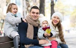 有他的妻子和两个孩子的微笑的英俊的人 免版税库存图片