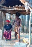有他的妻子的祖鲁族人战士在Shakaland祖鲁族人村庄,南非 库存图片