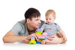 有他的婴孩戏剧的父亲 免版税库存照片