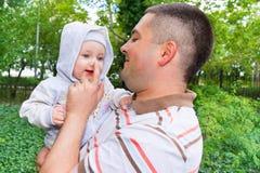 有他的婴孩的有同情心的父亲 免版税库存照片