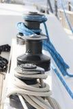 有绳索的绞盘在风船 库存图片