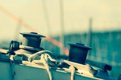有绳索的绞盘起锚机在帆船 免版税图库摄影