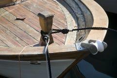 有黑绳索的系船柱 免版税库存图片