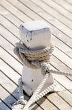 有黑绳索的系船柱 图库摄影