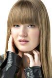 有黑皮夹克的白肤金发的妇女 免版税库存照片