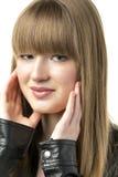 有黑皮夹克的白肤金发的妇女 库存图片