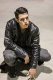 有黑皮夹克的年轻吸血鬼人 免版税图库摄影