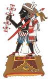 有黑皮肤和结辨的头发的Mixtec战士 站立在平台,拿着礼仪吵闹声和矛 免版税库存图片