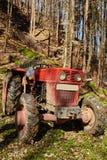有绞盘的采伐的拖拉机 免版税库存图片