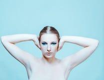 有黑眼睛的可爱的白肤金发的赤裸妇女组成 免版税库存照片