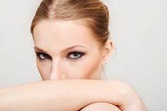 有黑眼睛的可爱的白肤金发的露胸部的妇女组成 免版税图库摄影