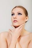 有黑眼睛的可爱的白肤金发的露胸部的妇女组成 免版税库存图片