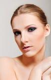 有黑眼睛的可爱的白肤金发的露胸部的妇女组成 图库摄影