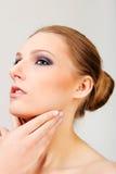有黑眼睛的可爱的白肤金发的露胸部的妇女组成 免版税库存照片