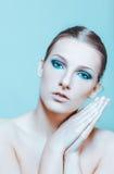 有黑眼睛的可爱的白肤金发的露胸部的妇女组成 库存照片